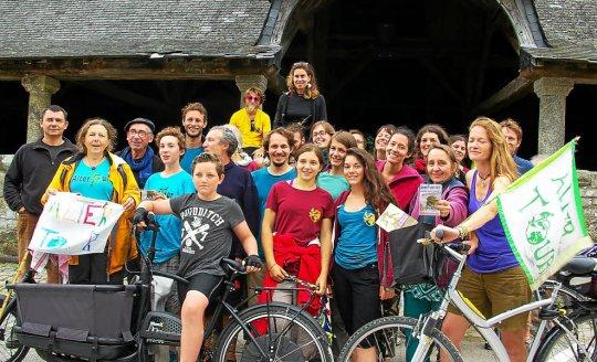 les-cyclistes-de-l-alter-tour-ont-fait-une-pause-sous-les_3022512_540x328p