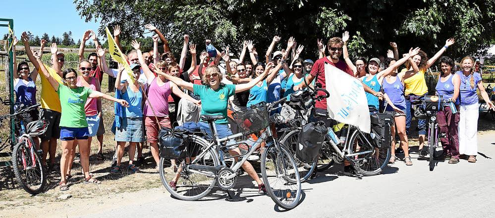 une-soixantaine-d-altercyclistes-se-sont-arretes-a-terre_3048030
